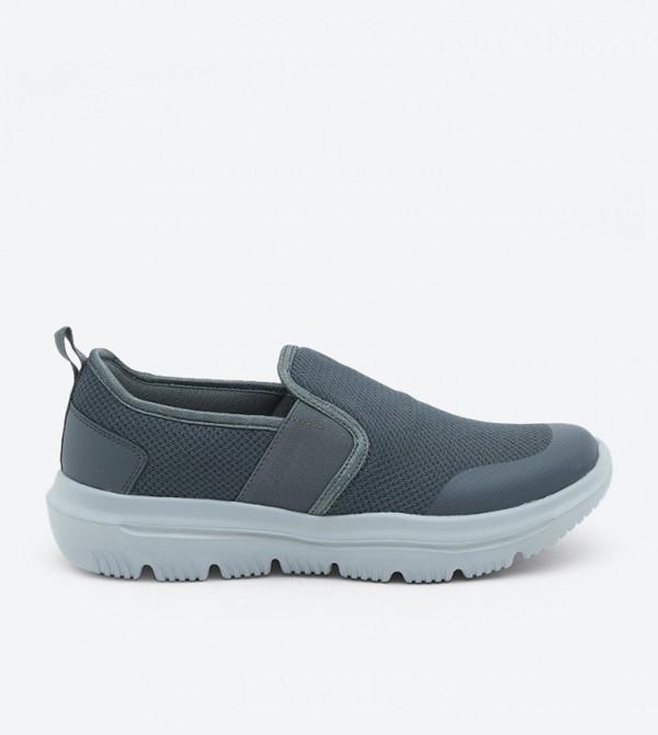 حذاء رياضي بأربطة للإغلاق