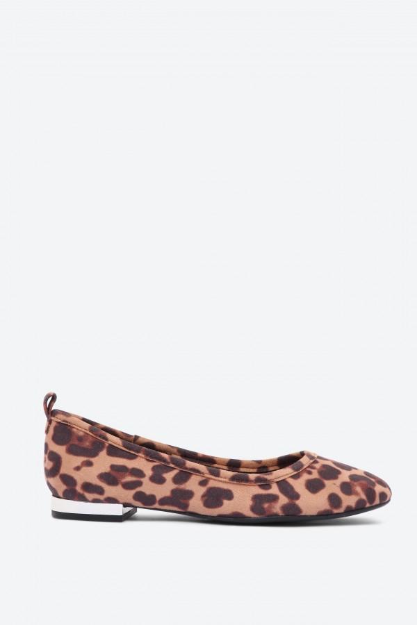 حذاء باليرينا كايا بنمط جلد النمر مع حلقة خلفية
