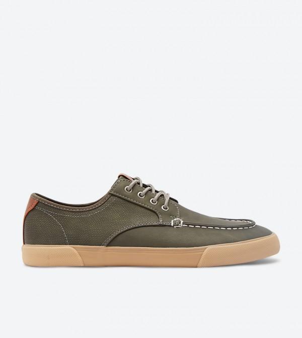 حذاء رياضي بتفاصيل خياطة مدروزة لون أخضر
