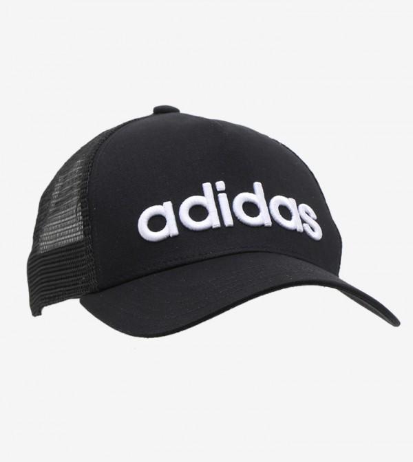 قبعة مع نسيج شبكي بحافة منحنية مزينة بشعار الماركة