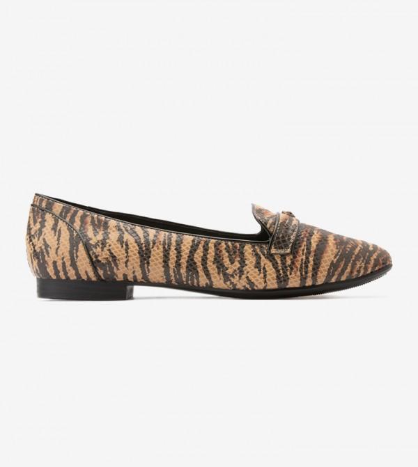 حذاء بنمط جلد النمر لون بني
