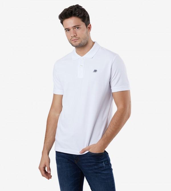 بلوز بولو مزيّن بالشعار مع ياقة كلاسيكية و أكمام قصيرة لون أبيض
