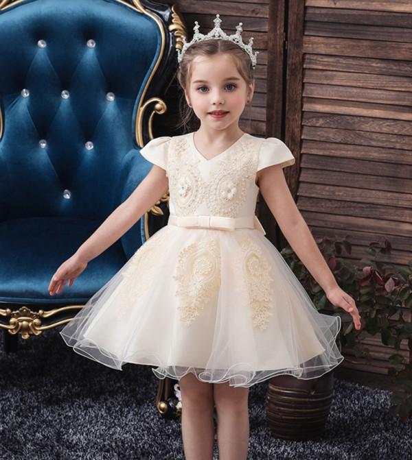 فستان حفلات بأكمام قصيرة مزين بالدانتيل