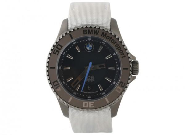 ساعة يد بيضاء