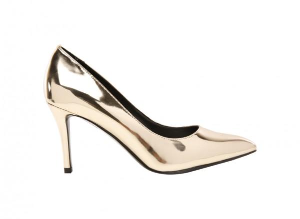 حذاء بلون ذهبي