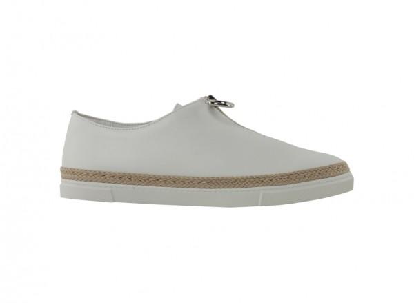 حذاء بلون أبيض