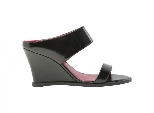 حذاء أسود بكعب عريض