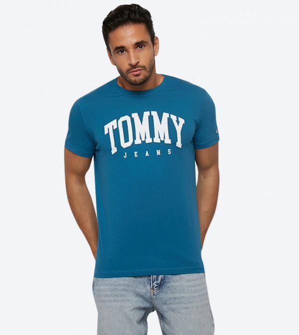 تي شيرت بأكمام قصيرة مزيّن بشعار تومي لون أزرق