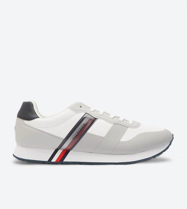 حذاء رياضي كلاسيك بأربطة للإغلاق لون أبيض