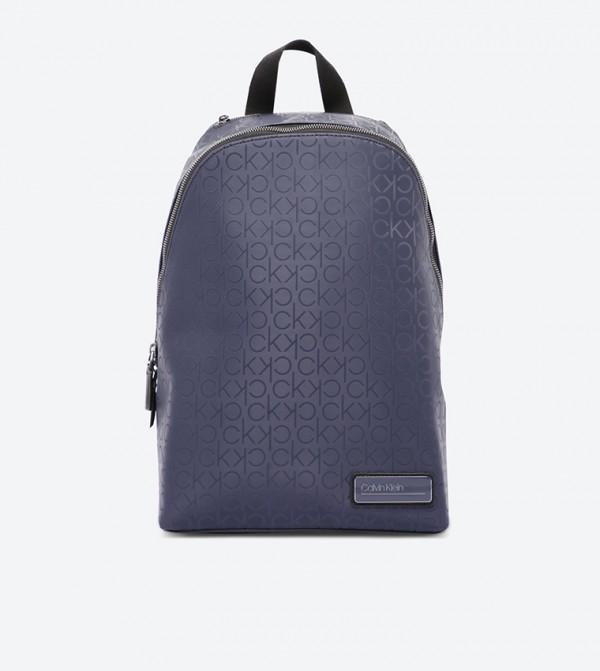 حقيبة ظهر بسحاب علوي للإغلاق مزيّنة بشعار كالفين كلاين لون كحلي
