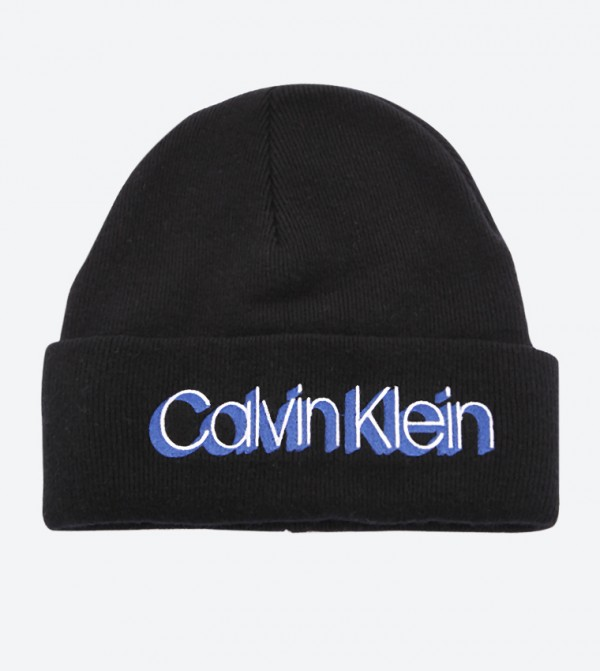 قبعة مزيّنة بالشعار لون أسود