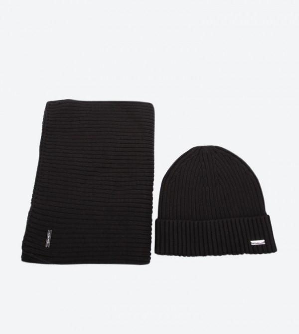 طقم هدية مكوّن من قبعّة و وشاح مزيّنة بالشعار لون أسود