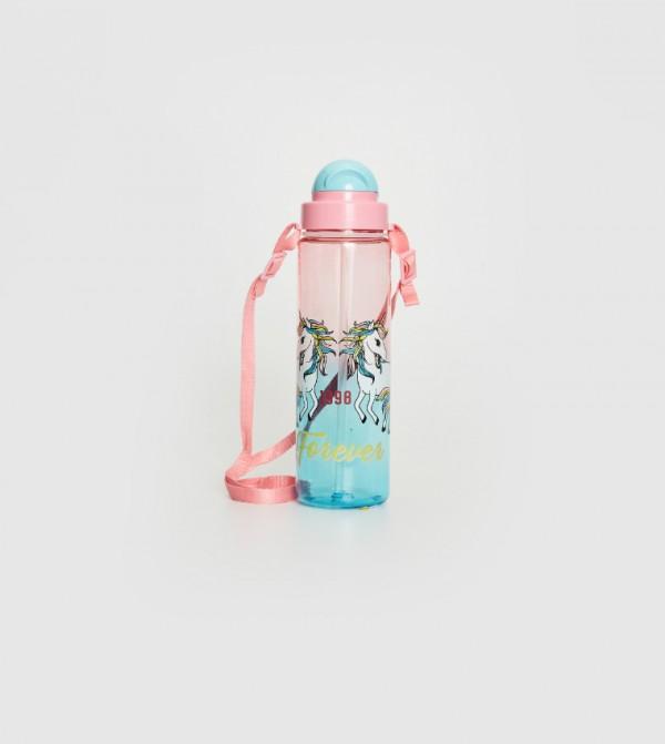 زجاجة ماء شفافة