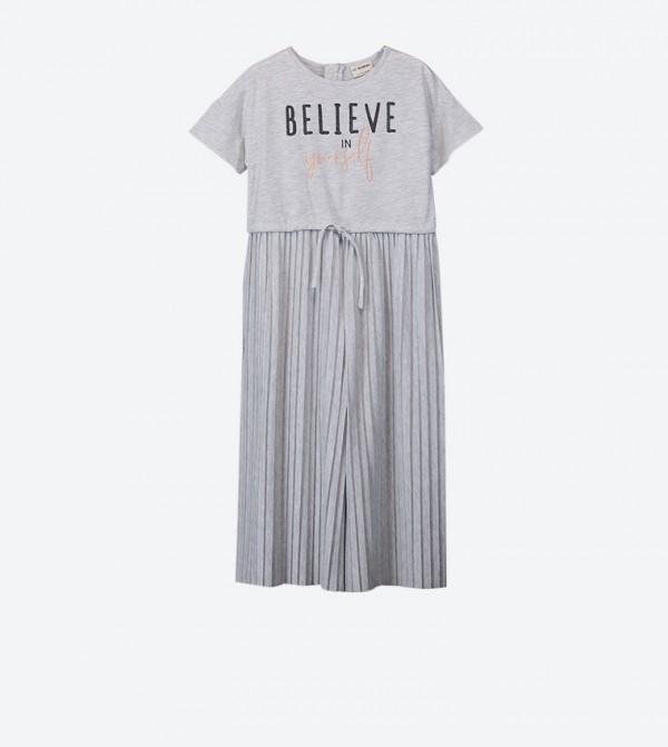 فستان بتفاصيل من الامام وأكمام قصيرة لون رمادي