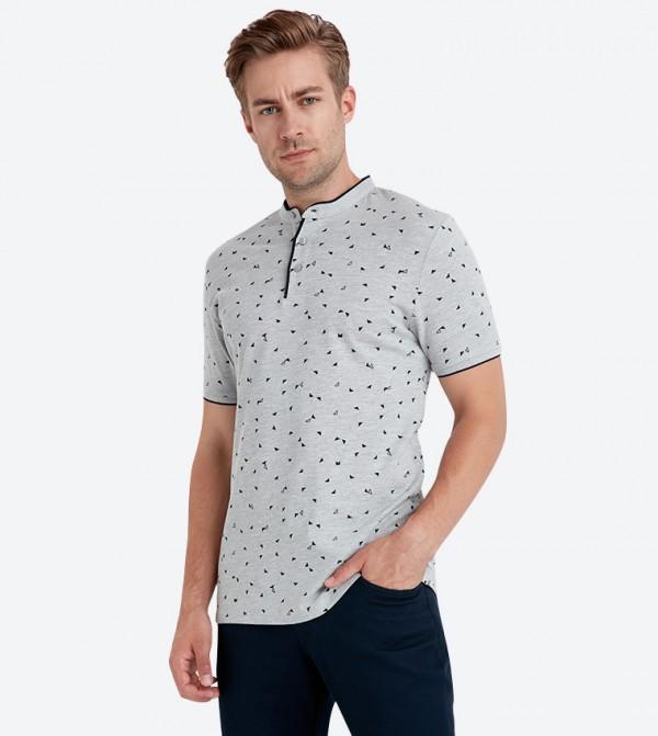 قميص بأكمام قصيرة وياقة عسكرية لون رمادي
