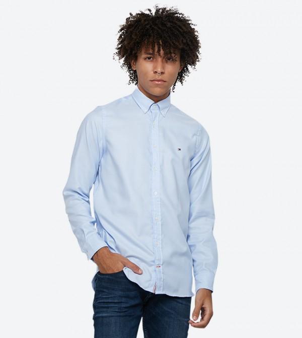 قميص بأكمام طويلة وقصة ضيقة لون أزرق