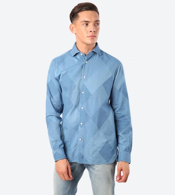 قميص بقصة ضيقة وعلم تومي جينز