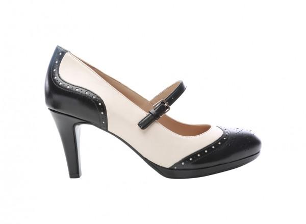 حذاء بلون عاجي