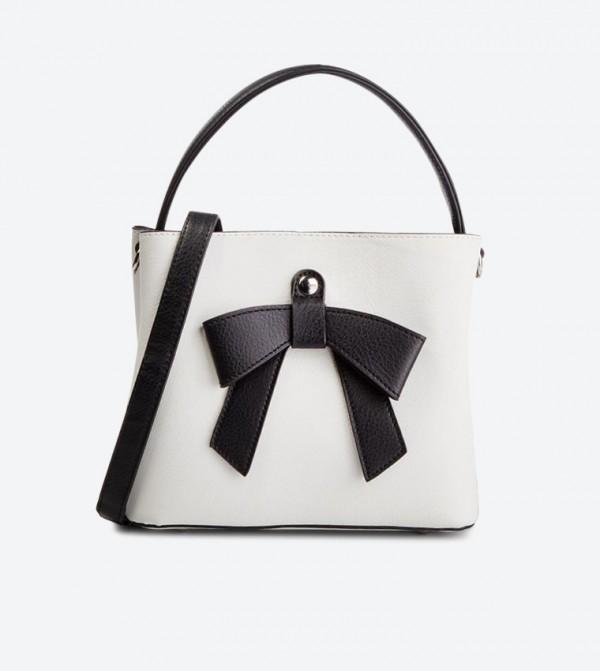 حقيبة بحمالة كتف طويلة لون أبيض