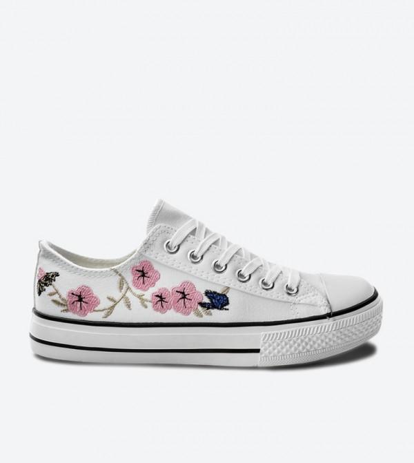 حذاء سنيكرز بلون أبيض