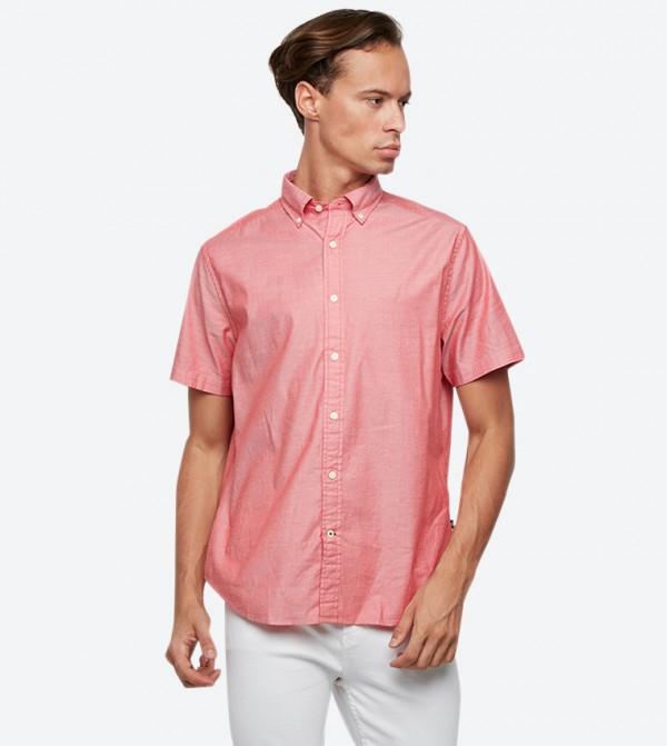 قميص بأكمام قصيرة لون أحمر