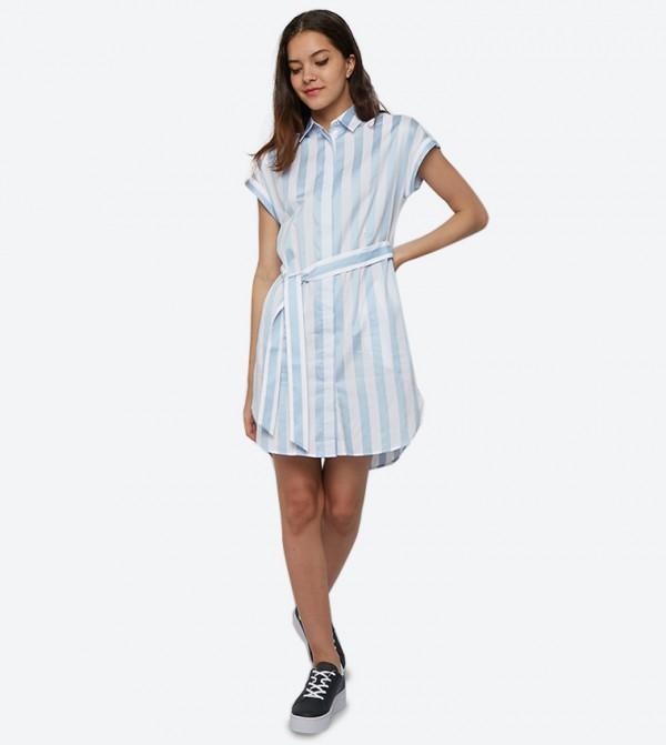 فستان بنمط مخطط وحزام على الخصر لون أزرق