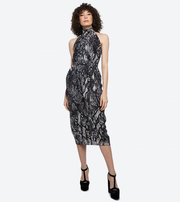 فستان زيندايا بلا أكمام بنمط جلد الأفعى لون أسود