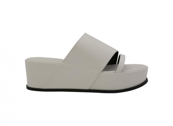 حذاء أبيض بكعب عريض