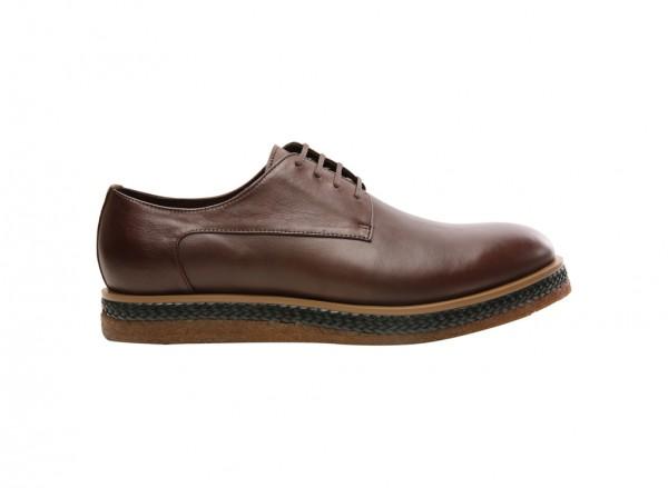 حذاء بلون بني